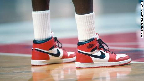Nike had hoped to earn $ 3 million in four years of sales, but such was the shoe's popularity in 1985, by the end of the year one had earned $ 126 million.