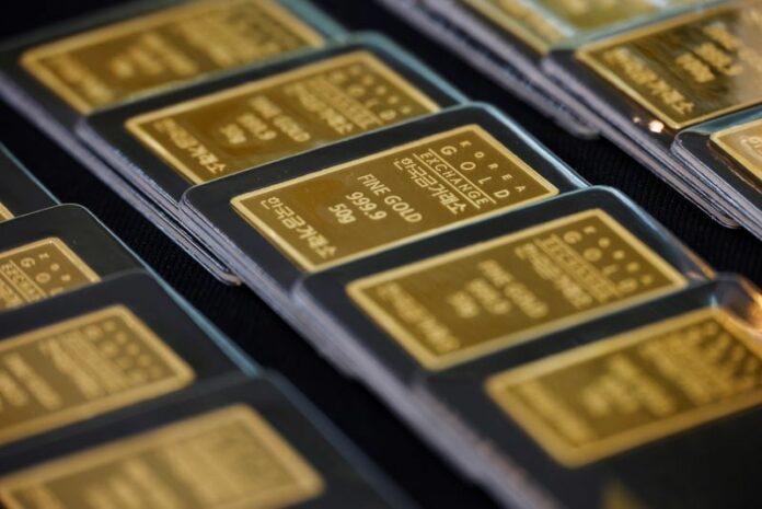 Gold retreats as dollar slide halts; dovish Fed lends support