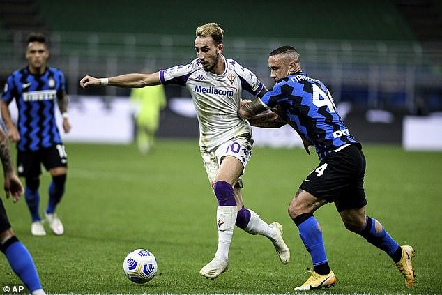 Fiorentina's Gaetano Castroville fights for the ball with inter midfielder Radja Nainggolan