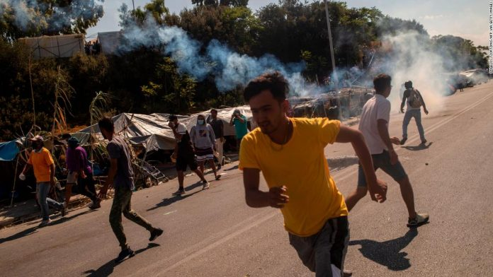 Lesbos: Greek police fired tear gas at protesting foreigners