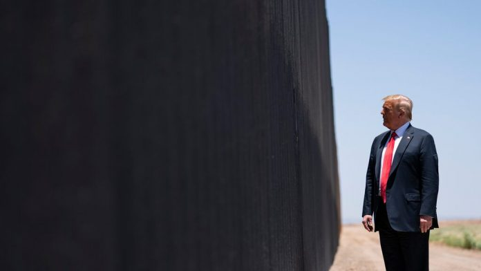 Donald Trump travels to the wall between Mexico and the United States