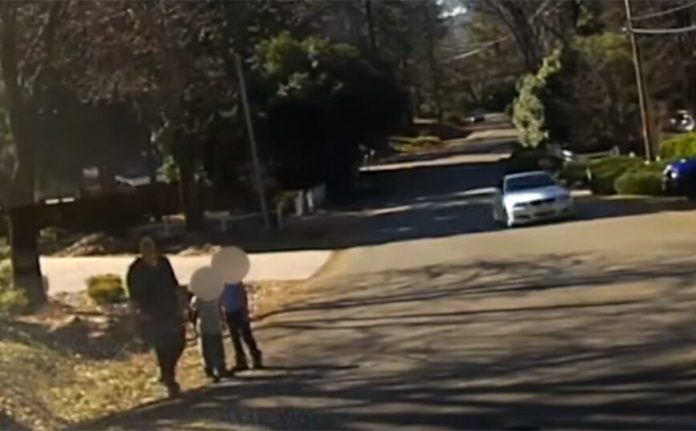 Shocking video with the time when a woman falls from a police officer fire in front of her young children