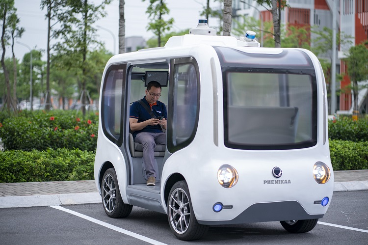 The car can accommodate 6 people, automatically setting the starting point and route.  Photo: Research Team