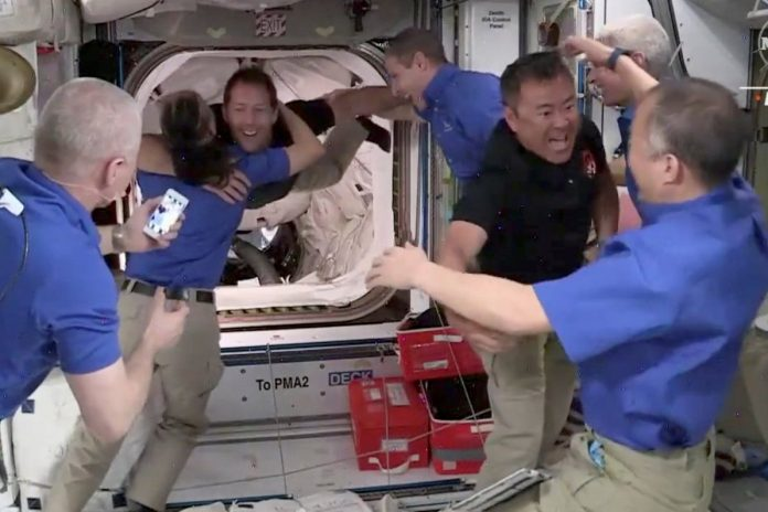 SpaceX capsule sends four astronauts to SKS / Article / LSM.lv