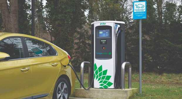 GB, the government allocates funds for 3,550 public charging points for electric cars.  Agreement with motorway service stations