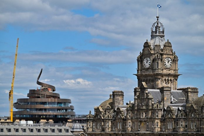 Scotland: dung-shaped building stirs controversy