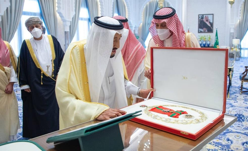 """Oman's highest honour.. What is the medal """"el sado"""" Who gave the Guardian of the Two Holy Mosques to the Sultan of Oman?"""