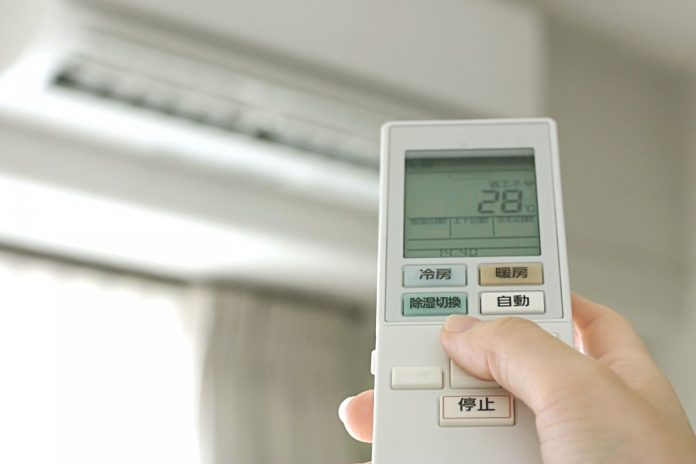 Is the air conditioner turned on at 28 degrees to save electricity? His