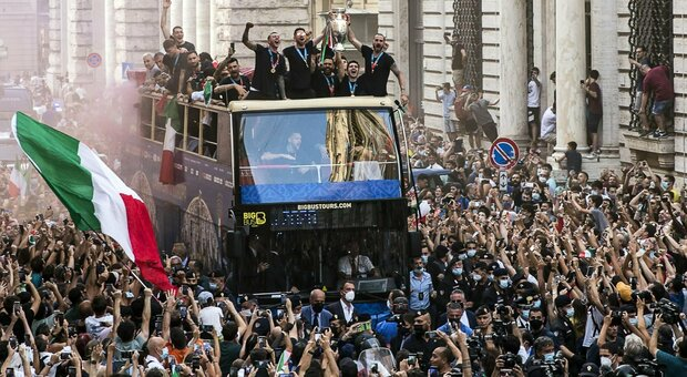 Italy champion of Europe, direct.  The national team of Matarella and Draghi.  The blues parade through the streets of Rome in an open bus