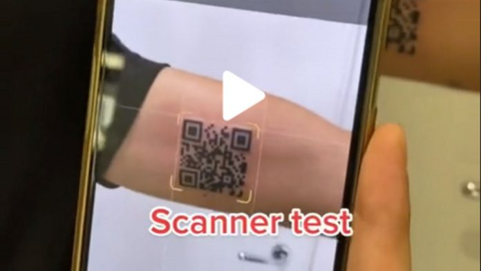 Neither a skull nor a dragon, an Italian gets a tattoo… a QR code to access his health pass