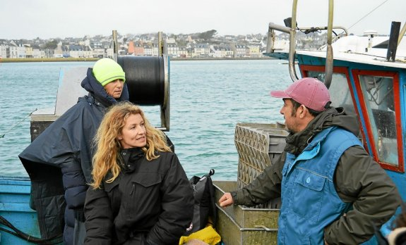 Taking advantage of the equipment transport, Lisa Azuelos and Alexandra Lamy question Javier Menesguen about my job as a fisherman.