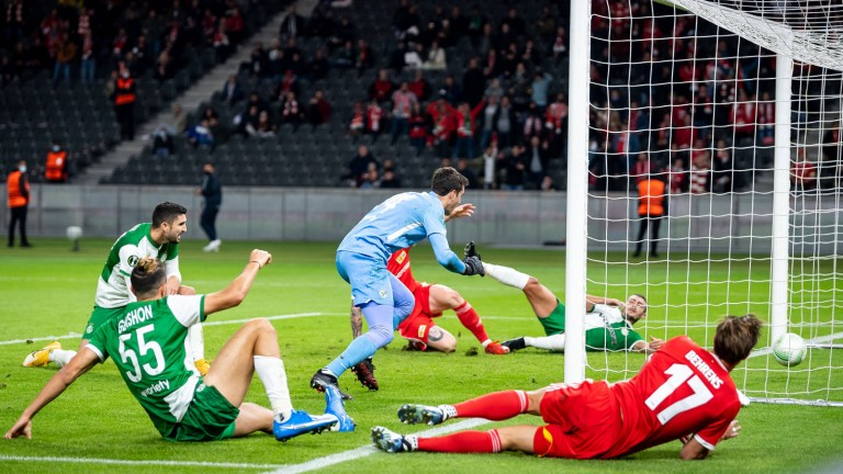 Andreas Vogelsmer (hidden on the ground) pushes the ball over the line and makes it 1-0 for Union against Haifa.  Kevin Behrens (No. 17) bowls him (Photo: Citi-Press GmbH)