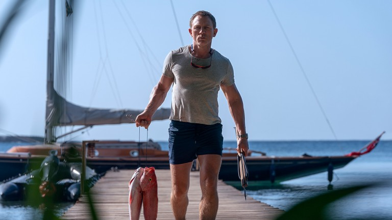 Daniel Craig as James Bond with a fish in hand in a scene from the film (Photo: Picture Alliance / DPA / Universal P)